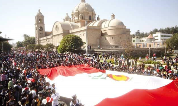 El paseo de la bandera es una de las tradiciones tacneñas más celebres